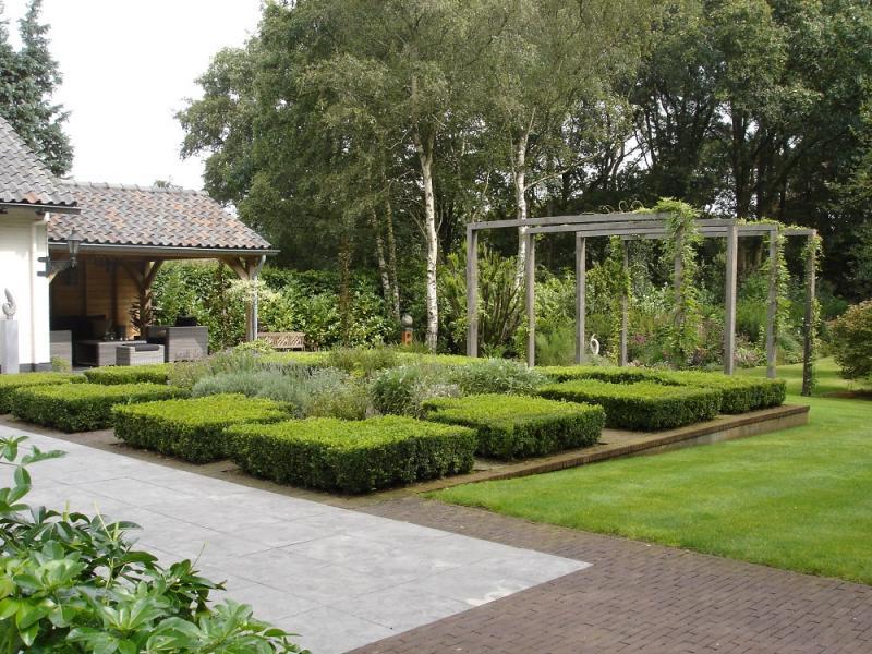 Klassieke tuin met buxus en rozen voortuin quotes - Terras en pergola ...